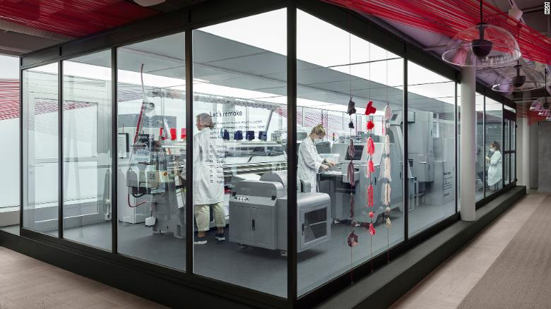 H&M חושפת מערכת מחזור בגד לבגד בשם Looop בחנות שלה בשטוקהולם.
